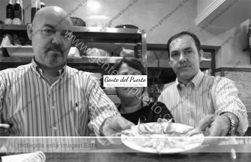 Enrique-Gago-Antonio-Gago-y-Concepción-Garrido-con-unos-boquerones-en-El-Pescaito