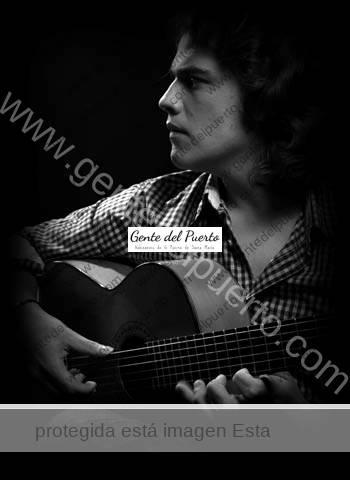 2.925. Paco León. Guitarrista flamenco emergente.