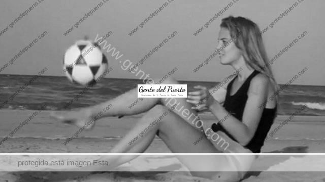 3.201. La modelo Astrid Ericsson, protagoniza un baño desnuda en las playas de El Puerto.
