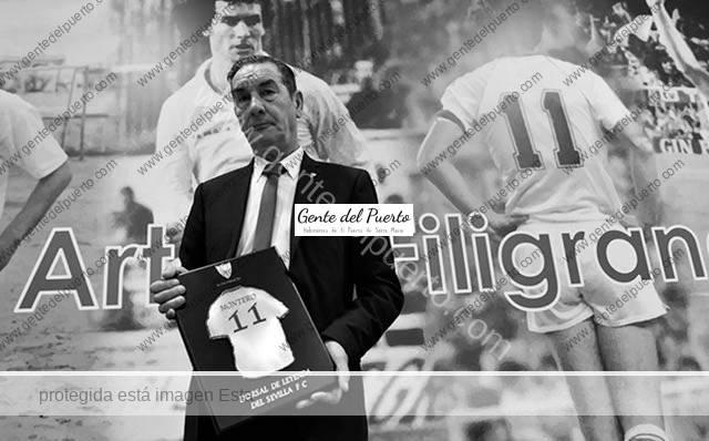 3.435. Enrique Montero recibe el homenaje del Sevilla.