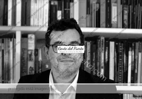 4.562. José Antonio Tejero Lanzarote. Esta noche presenta su libro 'La luz también oscurece'