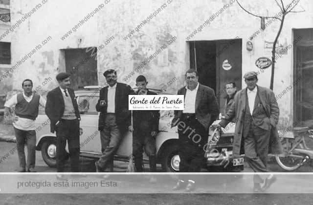 4.615. Reunión delante de la taberna La Gaviota